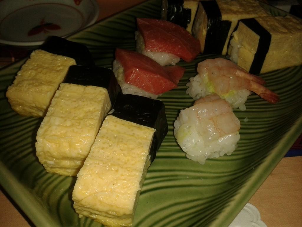 Assortiment de sushi: crevettes crues, toro, tamago @ Kaiko
