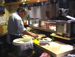 Maître sushi à l'oeuvre chez Oomi
