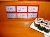 Tarif du sushi boat: A chaque type de plat correspond un prix. (Tekkamaki en bas à gauche)