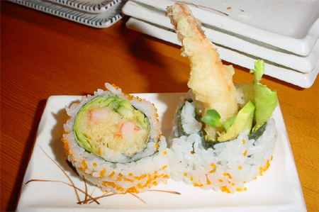 Ebi Tempura Uramaki - Rouleau inversé avec une crevette enrobée d'une légère et délicate pâte de beignet