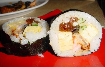 Futomaki - grous rouleau avec de l'omelette, de la courge confite [kampyo], etc