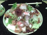 Salade de fruits de mer: thon rouge, calamar, dorade, saumon, etc sur un lit de chou chinois