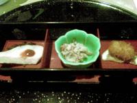 Zenzai - Hors d'oeuvres japonais: calamars frits, poulet et pâte de légume