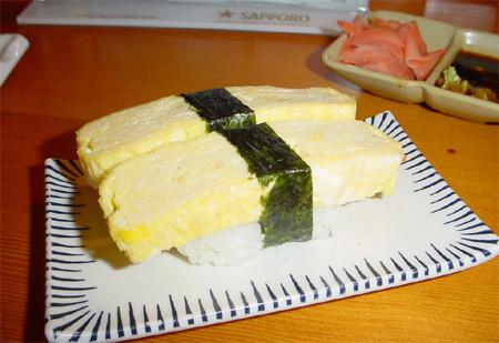 Tamago Nigiri - Sushi avec une tranche d'omelette japonaise (légerement sucrée & à la sauce soja)