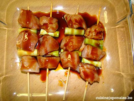 Recette de Yakitori - brochettes prêtes à être enfournées et grillées