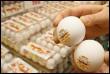 Au Japon des pastilles publicitaires sont collées sur les oeufs